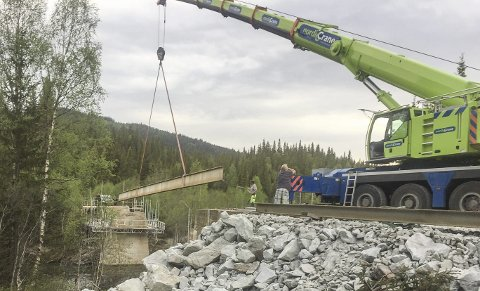 BRUARBEID: Utløfting av stålbjelker på Kolmilbrua i Hattfjelldal. Bilder: Halle Heggli