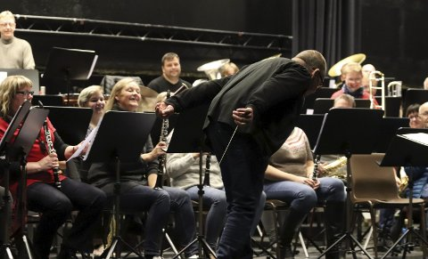 Ikke sånn: Dirigent Jan-Erik Lund forlanger stil når Hornmusikken Fram inviterer til jubileumskonsert i Mosjøen kulturhus lørdag 19. oktober. Repertoaret skal sitte som et skudd.Foto: Stine Skipnes