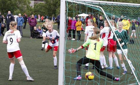 FINALETAP: I Kippermocupen ble det finaletap for Gullvikmoen fra Namsos med 0-3. Her scorer trønderne på frispark. I den turneringen stilte Halsøy med to lag i 7er fotball.Foto: Per Vikan