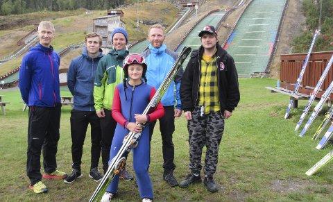 HOBBYHOPPER: Eirik hopper fremdeles litt på ski. Her er han sammen med Regine Nilsskog og Vefsnhoppere i Knyken.