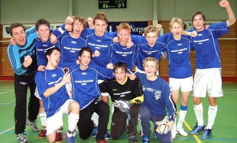 FOTBALL: Eirik (foran t.h.) sto i mål for MIL, og fikk innhopp på A-laget. Her er han sammen med MVS-laget som vant fylkesfinalen.