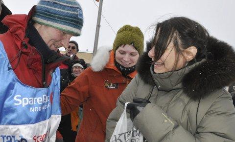 I MÅL: Krister Höök fra Tana fikk både klemmer og gaver fra datter Aila Sarre og svigersøster Mary Sarre (til høyre). Foto: Oddgeir Isaksen