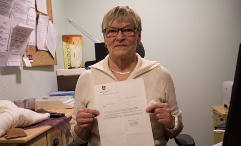 ANSETTELSESBREV: I 1974 fikk Bjørg-Inger Pedersen sitt ansettelsesbrev ved Vadsø Sykehus. Siden den gang har hun holdt seg i samme yrke helt frem til hun ble pensjonist. Enda i dag tar hun noen ekstra vakter oppe på Helsesenteret i Vadsø, fordi hun trives så godt med jobben.