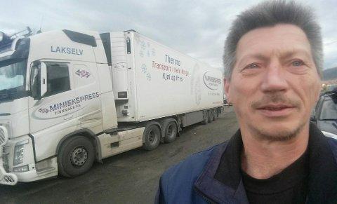 FORSINKET: Yrkessjåfør Tommy Roar Gunnarsønn forteller at han og flere andre blir forsinket med varer som følge av veistenging. Men det tar han med godt humør: - Naturen rår vi ikke med.