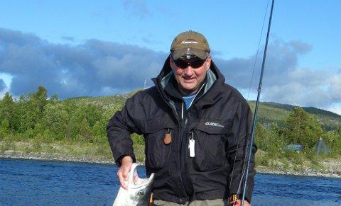 BOR I BODØ: Jon Abrahamsen (69) var i sin tid en stjernekeeper i norsk fotball. Nå bruker han vel så mye tid på fiske og bærplukking.