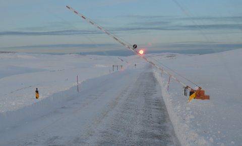 STENGER DOMEN: Grunnet uvær har veien over Domen i Vardø måttet stenge oftere enn normalt denne vinteren.