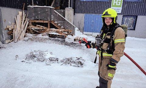 LITE IGJEN: Det er lite igjen av scooteren. Her ser vi Stein-Yngve Sommer (26) etterslukker brann.
