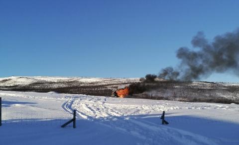 TOK FYR: Snøskuteren i Indre Billefjord da den stod i flammer.