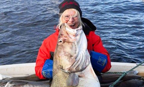 STORFANGST: Torunn Handeland fikk en torsk på 35 kilo utenfor Sørøya før påske. Fangsten var enorm, og den ble tatt på svenskpilk.