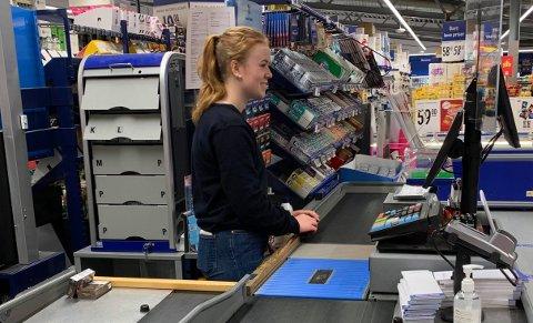 – PASSER PERFEKT: – Jeg har ikke tenkt å jobbe i butikk når jeg blir voksen, men som en deltids jobb eller sommer jobb hadde det passet perfekt, sier Andrea Heimstad-Skjerve.