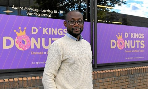 DONUTS-SATSER: Bright Kwame Sarpong (50) kom fra Ghana til Norge i 1998. Mye jobbing og 23 år senere satser han på å bli Midt-Norges donuts-konge, med sin egen kjede D'Kings Donuts.