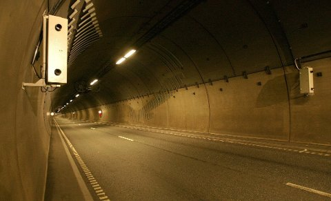 KNIPS: Ni av tolv ganger skal den 25 år gamle briten ha avbildet av denne fotoboksen i Rælingstunnelen.