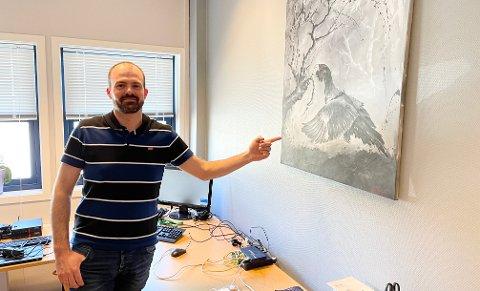 GLAD I SKOGEN: Gjermund Martinsen stortrives som IT- og sikkerhetsansvarlig i Aurskog Sparebank. På kontoret har den skogsglade fyren dette maleriet, laget av Agnethe Tømmervik, som han fikk av kona Ingvild på 30-årsdagen. Søndag fyller han 40 år.