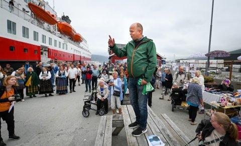 Trygve Slagsvold Vedum, (Sp) ankom Nesna med hurtigruta Nordnorge på sin valgkampturné, og fant straks tonen med de frammøtte med lovnadene om å gjenreise høyere utdanning i kommunen.