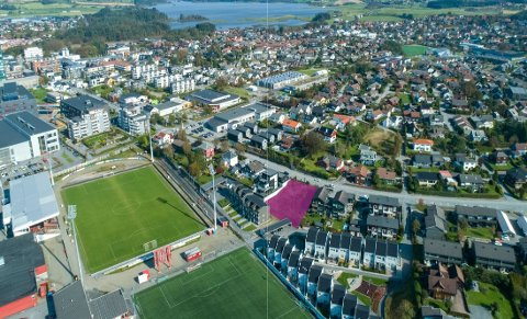 NYE LEILIGHETER: På det rosa feltet skal det bygges ni leiligheter, fra 55 til 140 kvadratmeter.