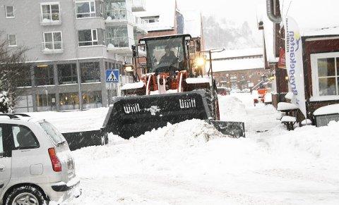 Brøytemannskaper og bilister: Må samarbeide om snørydding og parkering skal det gå greit å rydde. Arkivfoto