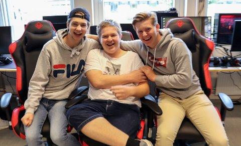 GLADE I SPILL: William Sønsteby (17), Edward Arnesen (16) og Ludvik Kringlebotn Hoff (16) er glade for at de har muligheten til å utvikle spillferdighetene i e-sport i skoletiden.
