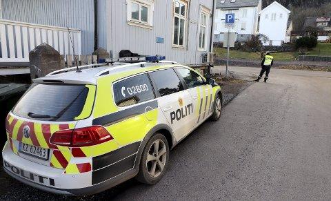 Utrykningspolitiet: I drøye to timer kontrollerte UP trafikken i begge retninger i Skolegaten. Foto: Pål Nordby