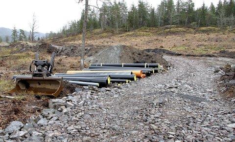 VEI, VANN OG AVLØP: I disse dager legges det ned ledninger i grunnen her ved Eikerens bredder. Begge foto: Lars Ivar Hordnes