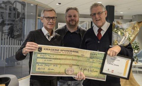 Hedret: Øyvind Jensen (t.h.) er kåret til «Årets ildsjel». Her sammen med Ulf Tore Windegaard fra Kragerø Sparebank (t.v.) og ansvarlig redaktør Espen Solberg Nilsen i KV.