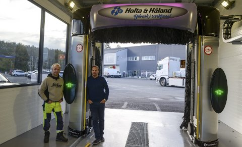 BILVASK: Geir Mastereid og Andrew Howatson i den nye vaskehallen på Sluppan. Ifølge de to en av de mest moderne vaskemaskinene for bil.