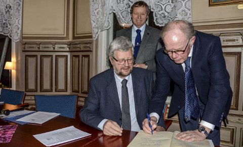 Signatur: Etter forstanderskapsmøte 6. mars ble protokollen underskrevet. Fra venstre Einar Solbekk og Petter Pande Rolfsen (tilsynsmenn) og forstander Reidar Krafft.