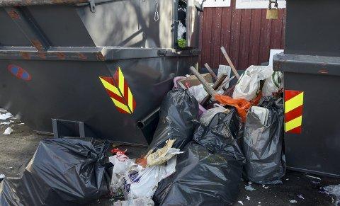 IKKE PENT: Det så ikke pent ut ved avfallskonteineren på Jernbanekaia i formiddag.
