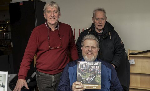 Historieglimt: Bjørn Olaf Isaksen, Kai A. Køhler og Trygve Braatø med historielagets årsskrift for 2018.