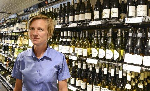 Lyse drikker: Butikksjef Alexandra Høst ved Vinmonopolet i Kragerø kan berette om bra salg av hvitvin og andre lyse drikker.