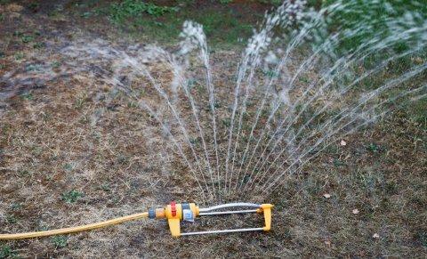 NÅ ER DETTE LOV IGJEN: Kommunen opphever vanningsforbudet.