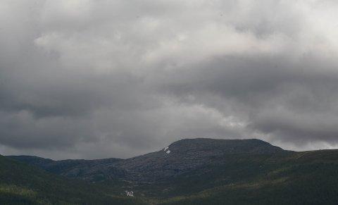 GRÅTT: Slik såg himmelen ut over Husnes på laurdag. Slik vil den også sjå ut i store delar av den komande veka.