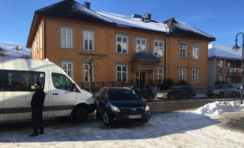 En maxitaxi og en personbil kolliderte tirsdag ettermiddag.