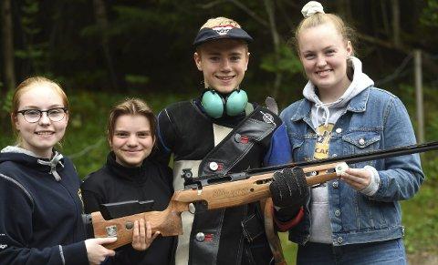 MESTERLAG: Sara Kristine Havik Johnsen (t.v.), Inga Marie Hanserud, Herman Baklid og Nora Midtgard vant samlagsskytingen på Viken 1-mesterskapet.