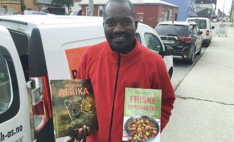 Boksalg: Andrew Sita fra Uganda selger norske bøker for et norsk forlag i Norge for å finansiere studier i hjemlandet Uganda.