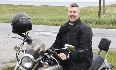 Motorsykkel: Tony Dahl trives godt på motorsykkelsetet.