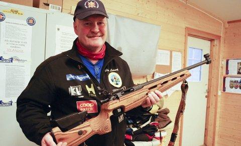 Splitter nytt: Rino Leirvoll med en av lagets nyanskaffelser: Rifler for barn. Lofot Entreprenør har sponset ett av dem.