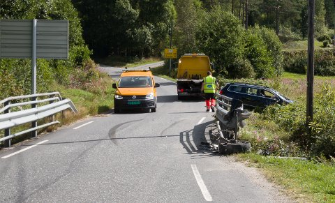 RULLET RUNDT: Bilen må ha hatt høy fart da den traff rekkverket på broa over bekken ved Øvre Kvås nederst i Brattestien.