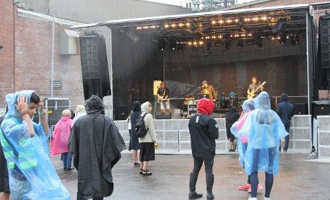 Publikum avventet: Dårlig vær gjorde de første konsertene lørdag litt tynt besøkt. Foto: Bente Bårdslistuen
