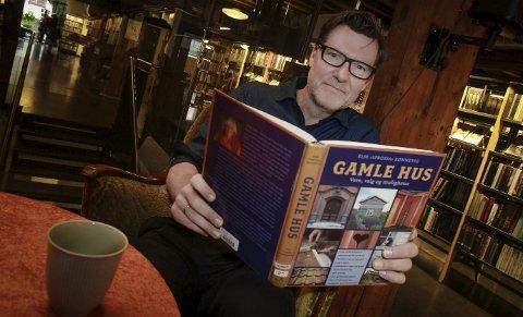 INSPIRERENDE: Rune Brøndbo, arrangementsansvarlig på Moss bibliotek, regner med at foredraget om gamle hus vil inspirere mange. Foto: Terje Holm