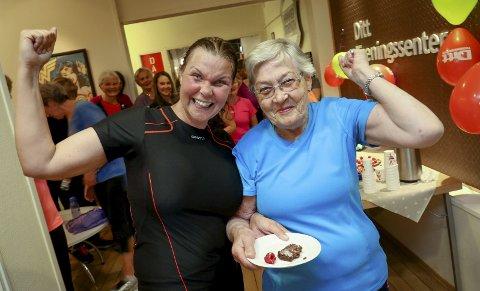 VISER STYRKE: Oddny Andersen runder 90 år lørdag, og datterdatteren Lena var torsdag med på både trening og markering på Ditt Treningssenter.