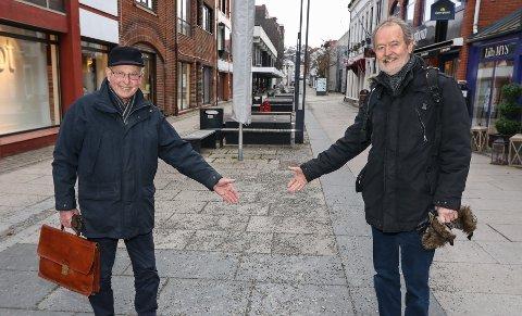 MER KUNST: Foreningen Moss Kan Kunsten vil ha mer kunst i det offentlige rom. Her vil styreleder Ivar Ernø (til venstre) og Ole Rømer Sandberg forsøke å få tilbake skulpturen Quo Vadis som ble utsatt for hærverk i 2013.