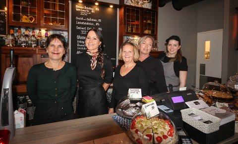 CAFEDAMENE: Her er damene som skal drive den nye Farbror Melkers Cafe. Fra venstre Beate Knudsen, Malin Pettersson, Anniken Eriksen, Gro Hellerud og Linda Karlsen.