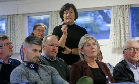 Svært skeptiske: Folkemøte mot togparkering på Goen i Rygge. Ordføreri Inger Lise Skartlien  er betenkt.