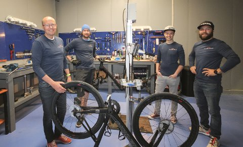 KLARE: Gutta på Sykkelverket i Moss har nok å henge fingrene i de nye lokalene på Høyda. Fra venstre eier Pål Nilsen, mekaniker Philip Bjørkesett, Tobias Nilsen og mekaniker Håvard Mork.