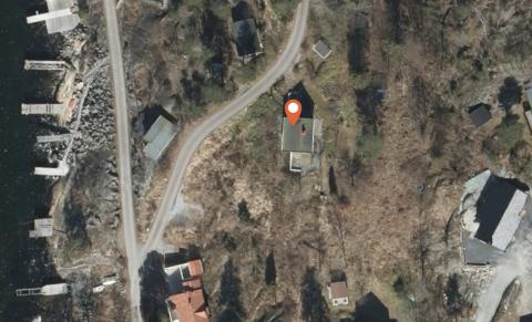 SJØNÆRT: Her ligger den lille hytta i Son, med kort avstand til tilhørende brygge.
