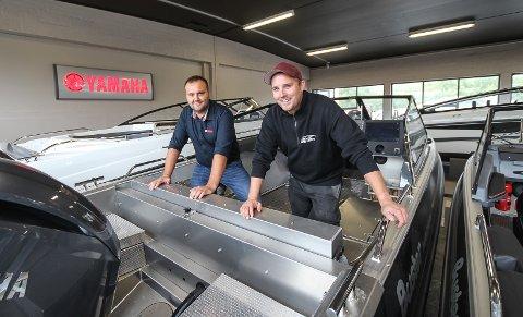 DOBLET: Etter en salgsdobling i fjor, går salget fortsatt strykende for Moss Båt og Motor. Erik Haikalis og Mats Thu (t.h.) forteller om et sug i markedet.