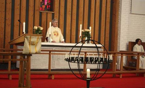 VELKOMMEN: Sogneprest Kåre Skråmestø ønsket velkommen til Oppsal kirke igjen søndag 10. september.  Det ble en dobbel festdag – både med konfirmasjon og markering av at kirken er bruksklar igjen.