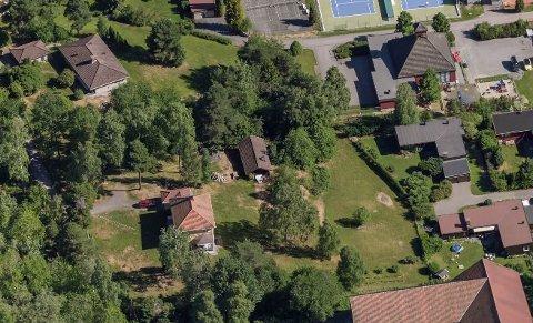 FORTETTING: Eiendommen som ønskes utbygd er skilt ut fra Søndre Skøyen gård. Det foreslås fire eneboliger på grøntområdene i øst, mot tennisbanene/kapellet og vinkelhusene til høyre i bildet. Midt i bildet er den gamle smia og helt nederst taket på låven.