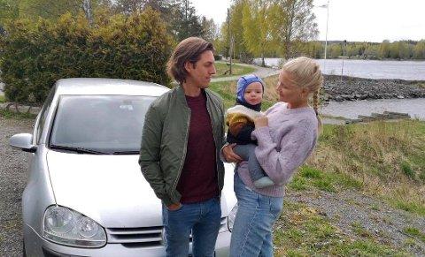 STJÅLET: To ganger har skiltene på Golfen i bakgrunnen blitt stjålet og begge gangene har bilen stått parkert på Manglerud. Her er Oscar, Elise og sønnen på et halvt år samlet.