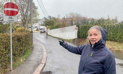 – Rett og slett helt uakseptabelt, sier Tone Skårdal Tobiasson i Kastellveien om enveiskjøringen i nabolaget.